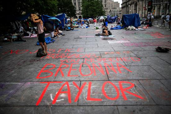 جانب من العبارات المناهضة للعنصرية فى شوارع نيويورك