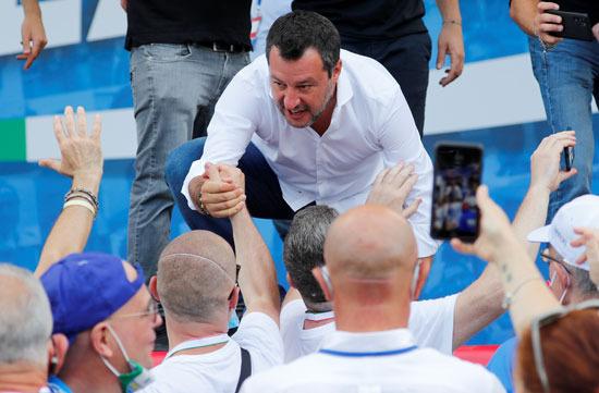 ماتيو سالفينى مع المشاركين بالمظاهرة