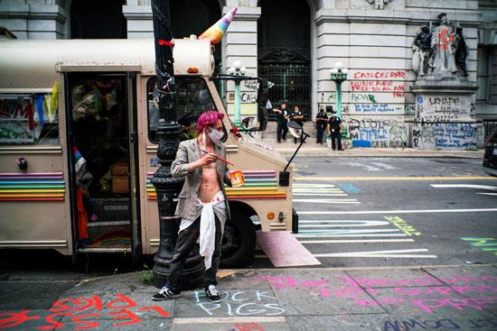 يقف وسط العبارات التى رسمها فى الشارع