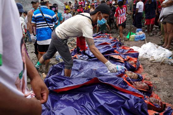 الأهالى يعاينون جثامين الضحايا