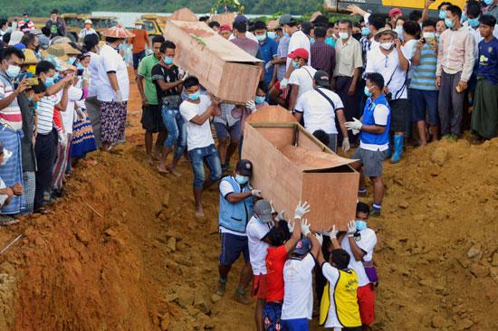 عمليات دفن الجثامين فى مقبرة جماعية