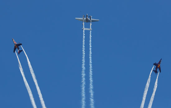 تحلق الطائرات فوق المسار قبل السباق