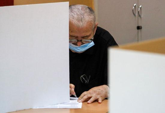 رجل يدلى بصوته بالانتخابات البرلمانيه