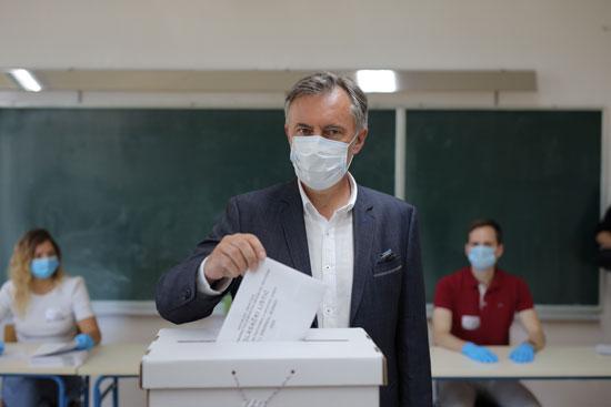 ميروسلاف سكورو زعيم حزب الحركة الوطنية يدلى بصوته