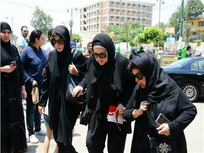 رجاء الجداوى وميرفت أمين ودلال عبد العزيز فى احدى الجنازات