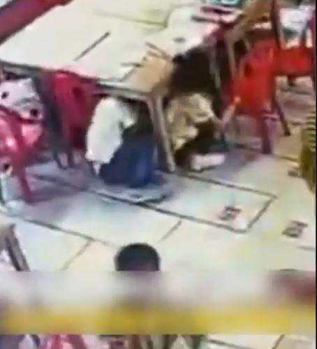 نزول الأطفال أسفل المنضدة
