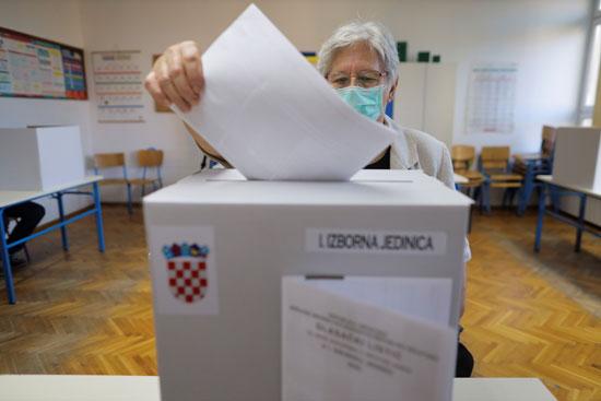 سيدة تدلى بصوتها فى الانتخابات البرلمانيه الكرواتية
