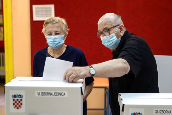 مسن يدلى بصوته فى الانتخابات الكرواتية