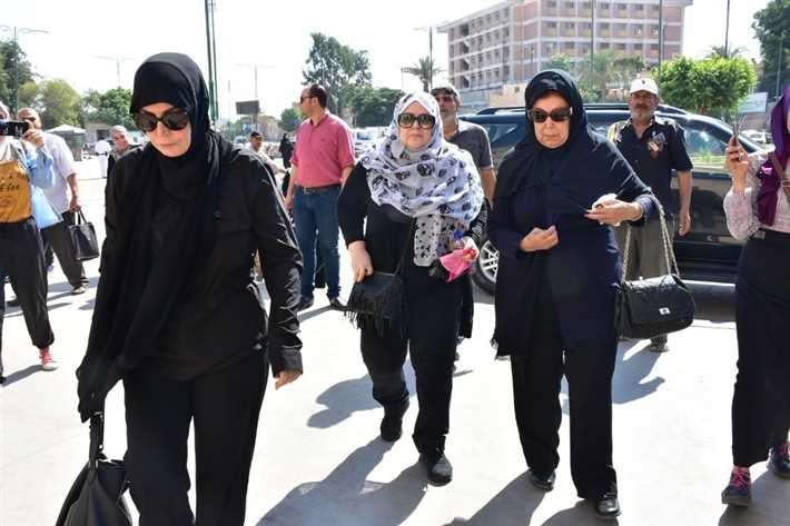 رجاء الجداوى وميرفت أمين ودلال عبد العزيز فى احدى الجنازات (2)