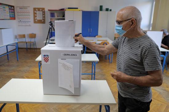 رجل يدلى بصوته فى الانتخابات