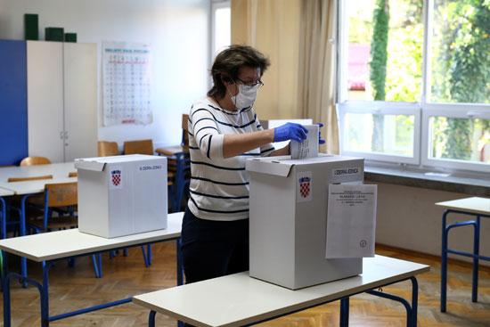 سيدة تدلى بصوتها فى الانتخابات الكرواتية