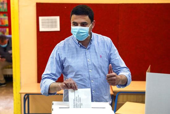 رئيس الحزب الاشتراكى الديمقراطى دافور برنارديك يدلى بصوته