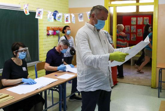 رجل يتفحص الورقة الانتخابية