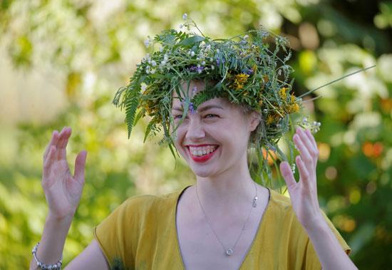 سيدة تضع إكليل من النباتات خلال الاحتفال