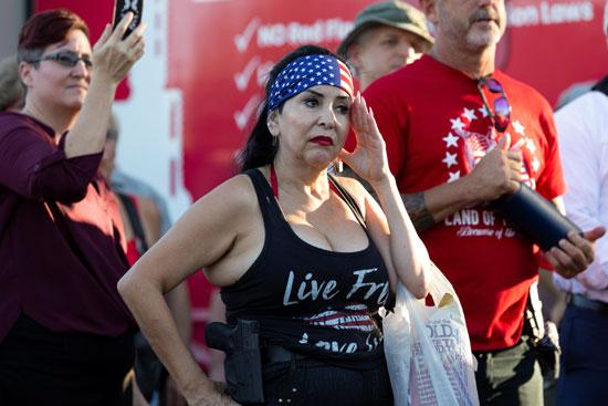 متظاهرة تحمل مسدس بولاية أريزونا