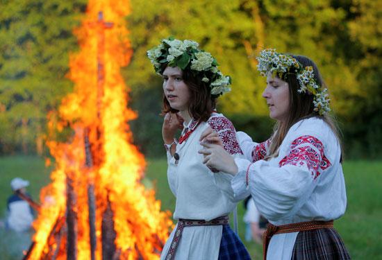 النيران تتصاعد خلال الاحتفال