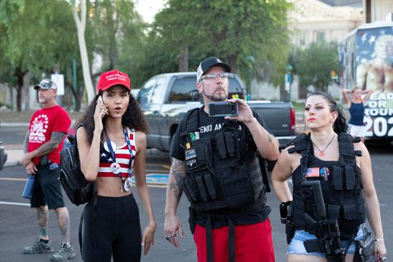 متظاهرون ضد قيود كورونا يحملون الأسلحة