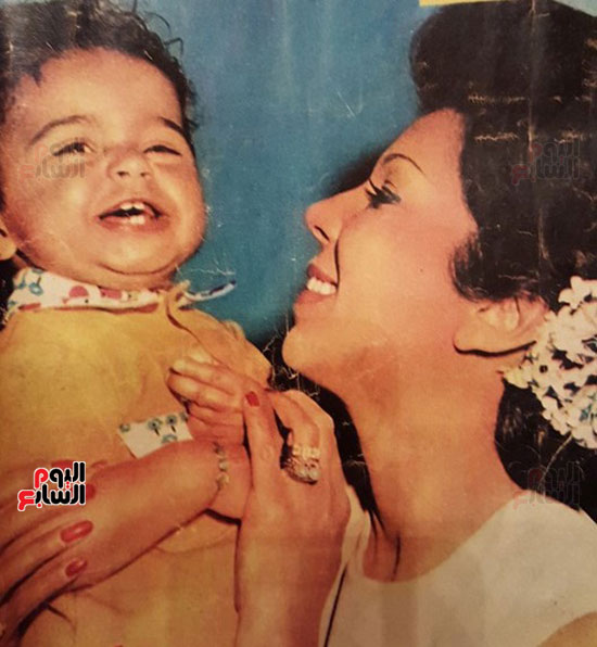 صورة قديمة لرجاء الجداوي مع ابنتها