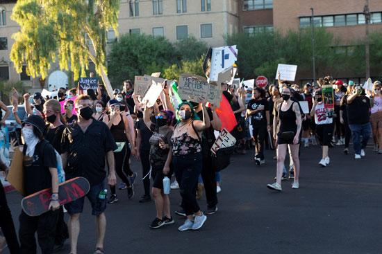 متظاهرون يتظاهرون ضد قيود كورونا