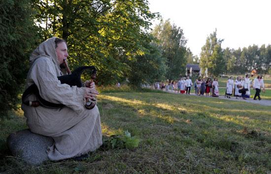عزف الموسيقى خلال الاحتفال بالمهرجان