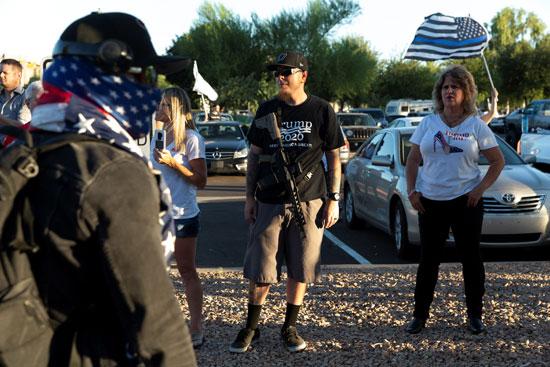 متظاهر يحمل السلاح بولاية أريزونا الأمريكية