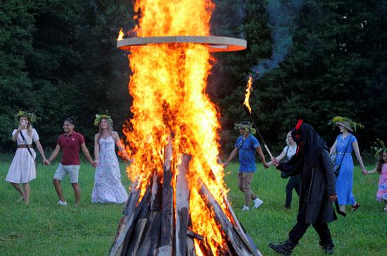 اشعال النيران فى الخشب