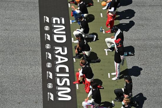 لاعبون يركعون  وهم يرتدون تي شيرت ضد العنصرية قبل السباق (2)