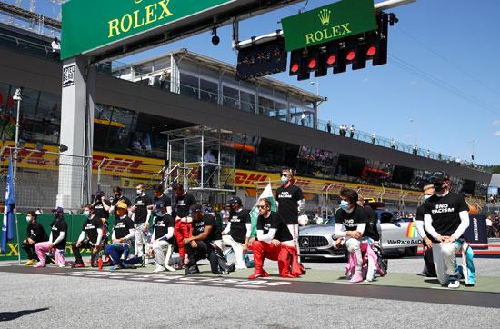 لاعبون يركعون  وهم يرتدون تي شيرت ضد العنصرية قبل السباق (3)
