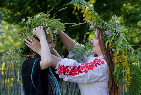 جميلات روسيا البيضاء يضعن الأكاليل خلال الاحتفال