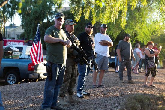 متظاهرون ضد كورونا يحملون الأسلحة النارية فى مدينه فينيكس الأمريكية