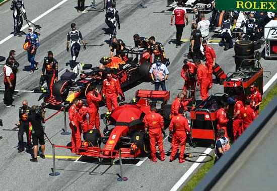 سيباستيان فيتيل فيراري على خط البداية استعدادا السباق