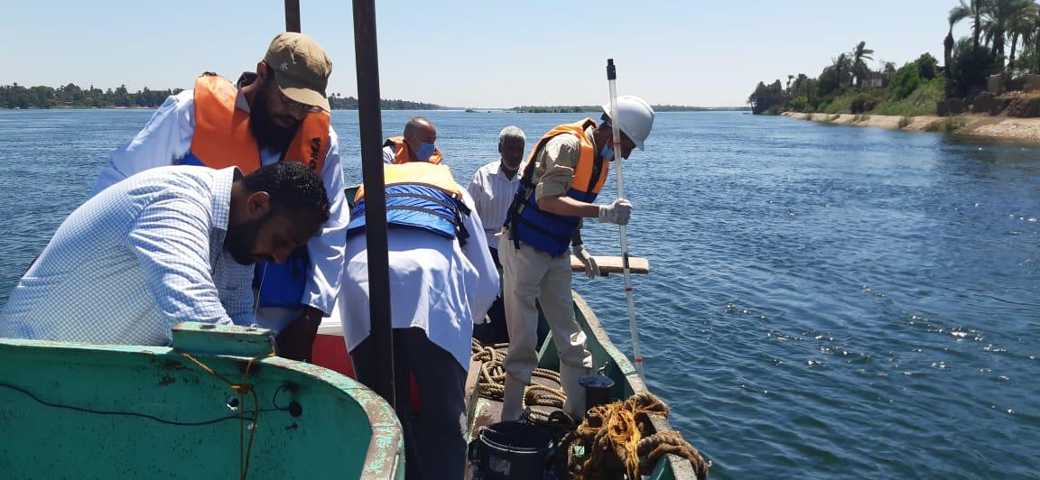شركة مياه الأقصر تجرى مسح بيئى بمياه النيل ضمن خطة سلامة ومأمونية المياه (1)