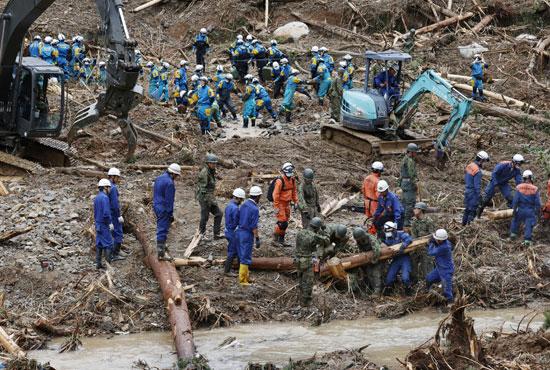 ضباط الشرطة يبحثون عن المفقودين في موقع انهيار أرضي بسبب أمطار غزيرة