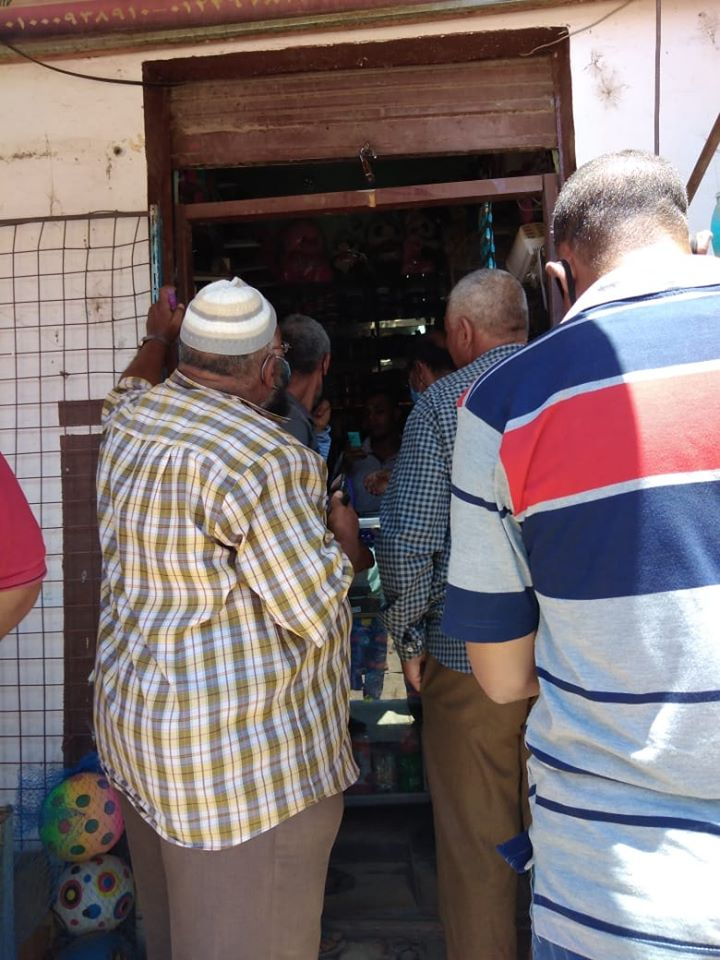 تحرير محاضر ضد المخالفين فى حملة على المحلات والمقاهى بالزينية (3)