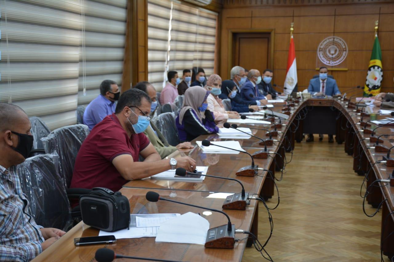 المحافظ خلال اجتماعه بمجلس ادارة المنطقة الصناعية بجمصة  (2)