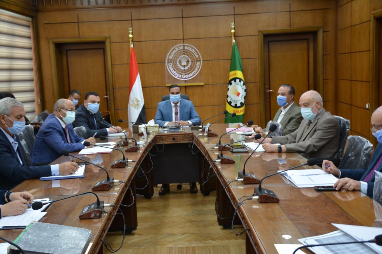 المحافظ خلال اجتماعه بمجلس ادارة المنطقة الصناعية بجمصة  (1)