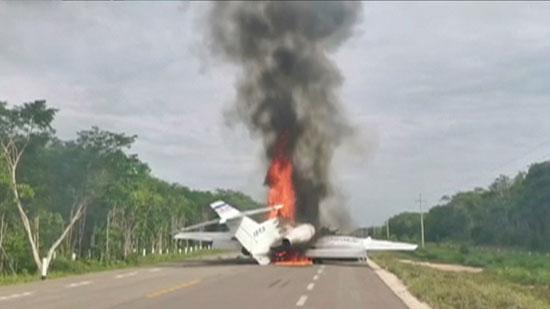 النيران تتصاعد من الطائرة