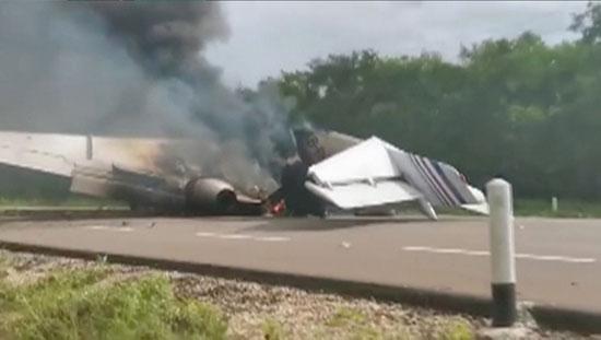النيران تلتهم الطائرة