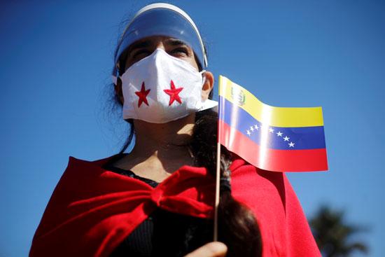 فتاة ترفع علم فنزويلا خلال الاحتفال بعيد الاستقلال