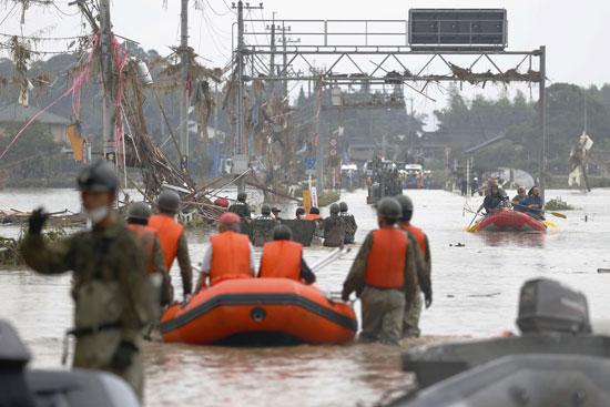 ضباط الشرطة يبحثون عن السكان العالقين في منطقة غمرتها مياه الأمطار