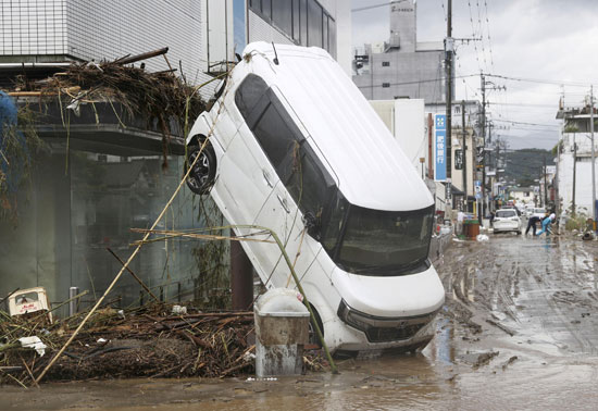سيارة بعد انجرفتها أمطار غزيرة في هيتويوشي محافظة كومامو