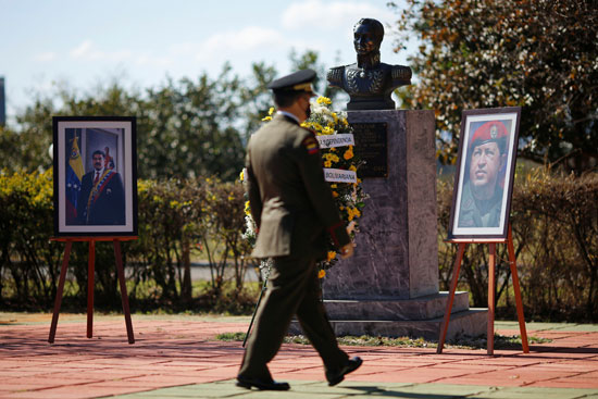 قيادات عسكرية تضع الورود أمام صورة تشافيز