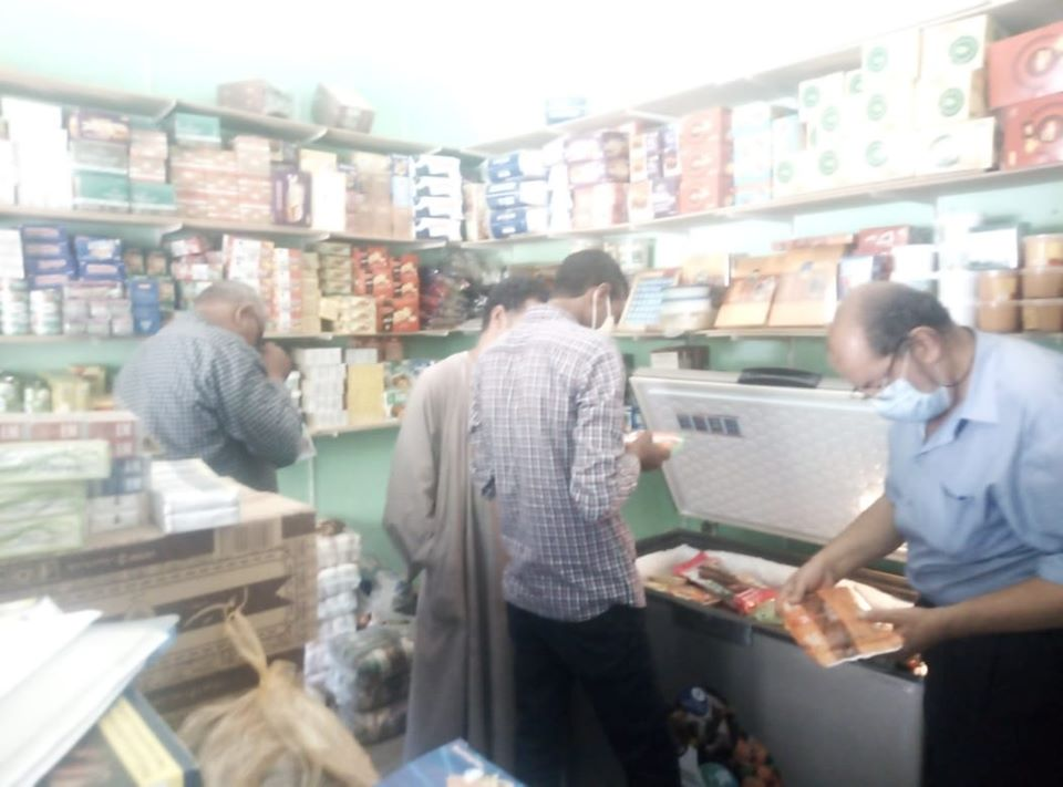 تحرير محاضر ضد المخالفين فى حملة على المحلات والمقاهى بالزينية (1)