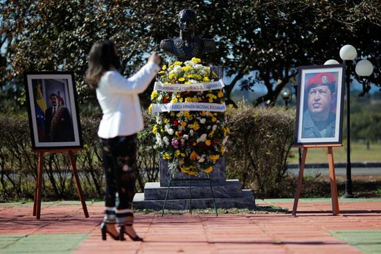 وضع الورد أمام صورة رئيس فنزويلا السابق هوج تشافيز