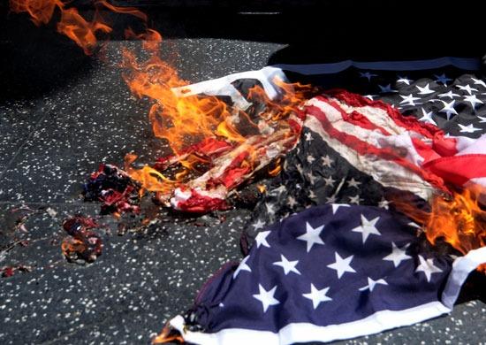 حرق العلم الأمريكى على الأرض