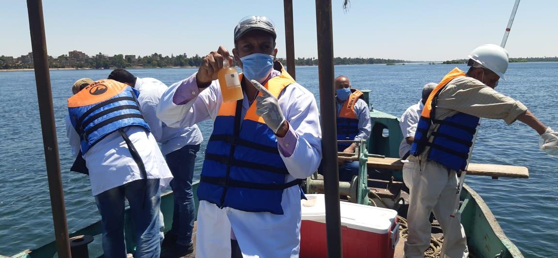 شركة مياه الأقصر تجرى مسح بيئى بمياه النيل ضمن خطة سلامة ومأمونية المياه (2)