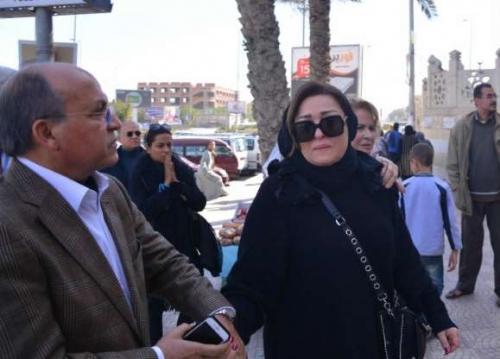 نهال عنبر فى جنازة والدها