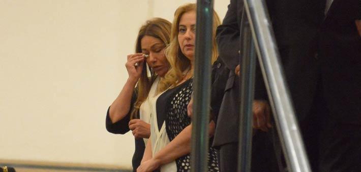 بكاء ليلى علوى فى عزاء والدتها