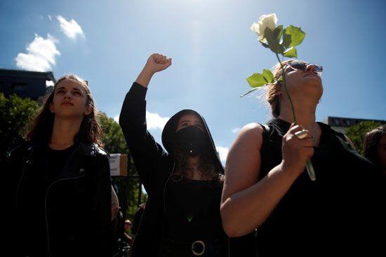 إحدى الناشطات ترفع وردة