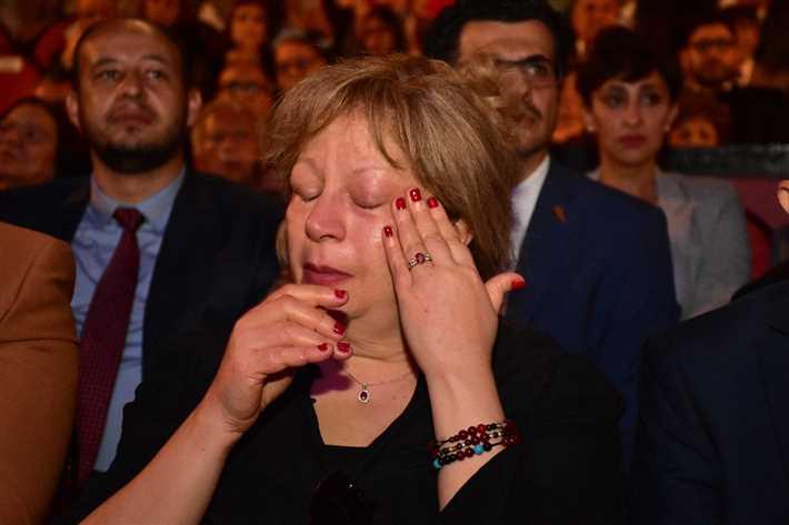 دموع سمية الألفى بعد فقدان زوجها فاروق الفشاوى